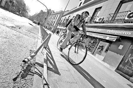 Peatones, obstáculos, suciedad, vallas rotas..., ésta es la realidad del carril-bici