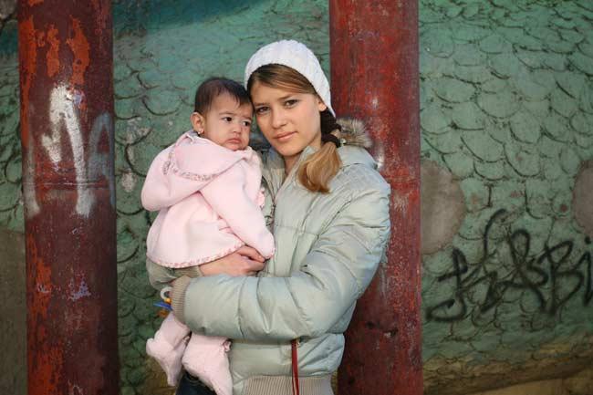 Melina sostiene a su hija Nataly en brazos