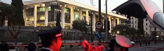 Cordón policial en la Embajada de Atenas (AP).