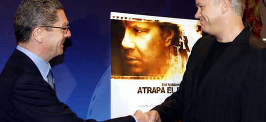 Alberto Ruiz-Gallardón (i), y Tim Robbins. (José Huesca / Efe)