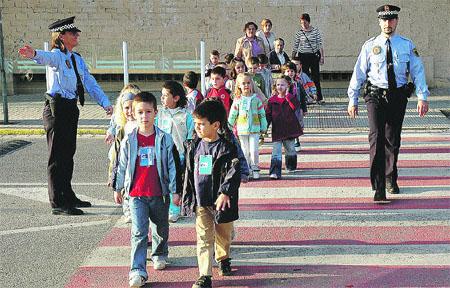 En fila india para cruzar la avenida