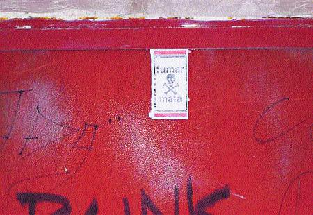 Llenan las calles del Albaicín de avisos sobre los perjuicios del tabaco