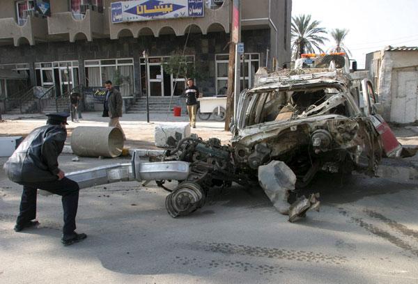 Vehículo destruido tras una explosión.
