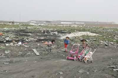 Más de 4.000 niños malviven todavía en poblados chabolistas