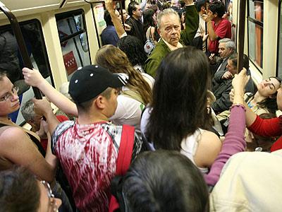 Los desalojos, ocasionados por la avalancha de viajeros, son los que originaron el motín en la línea 6