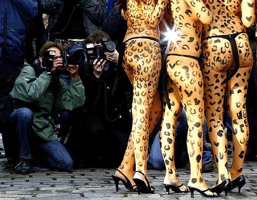 180107 Piernas de actovostas de Peta. Polémica en el 'Gran Hermano' británico. Activistas de la organización PETA, que aboga por el trato ético a los animales, posan pintadas de leopardos en Covent Garden, Londres, al sumarse a la ola de protestas que en el Reino Unido ha desatado el acoso de una actriz india en la versión británica de Gran Hermano. Debido al escándalo, el programa se ha quedado sin patrocinadores.
