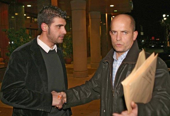 Oscar Pereiro, a la izquierda, saluda a su alergólogo personal a la salida de la rueda de prensa que ofreció el ciclista en Vigo el jueves por la noche