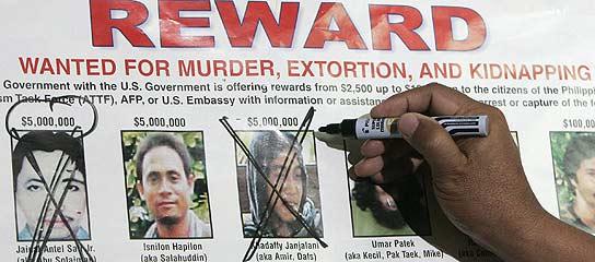 Un militar filipino tacha de la lista de los más buscados la foto del jefe de Abu Sayyaf, muerto en septiembre (Reuters)