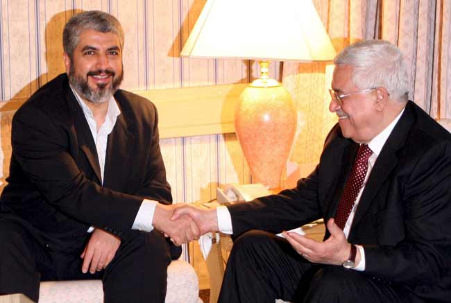 El presidente palestino Mahmud Abas (d) junto al jefe del buró político de Hamás en el exilio, Jaled Masal