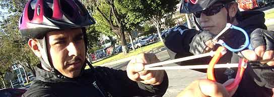 Policías de Tijuana con tirachinas