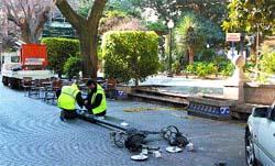 Se cargan una farola en la plaza Gabriel Miró