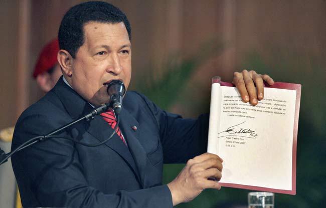 """Hugo Chávez muestra el """"trazo firme"""" en la firma de Fidel Castro"""