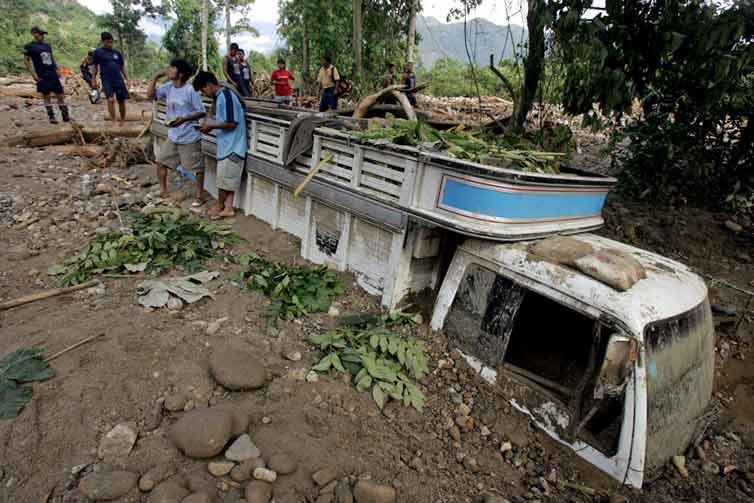 Camión enterrado por deslizamientos en Perú