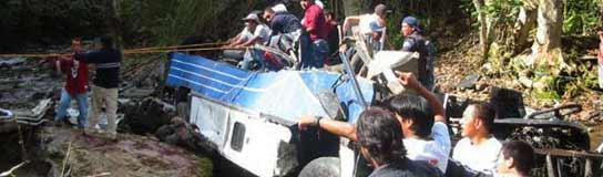 Miembros de la Policía y voluntarios participan en las tareas de rescate