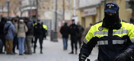 Un agente vigila en las calles de Alcorcón ayer viernes