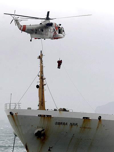 Un momento del rescate de los tripulantes