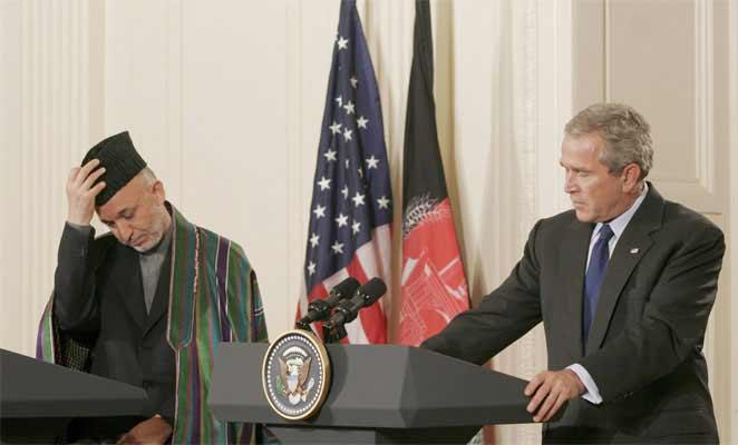 El presidente de Afgtanistán, Hamid Karzai, junto al de EEUU, George W. Bush.