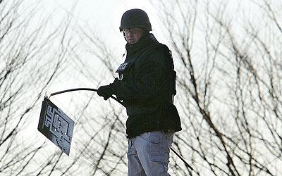 Un agente de policía retira un objeto sospechoso