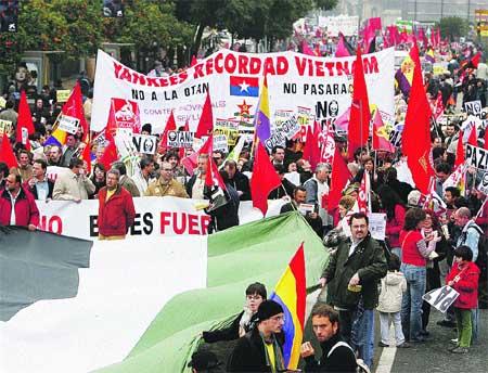 Miles de personas marchan contra la OTAN en Sevilla