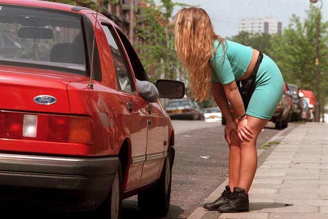 Una prostituta, durante una negociación