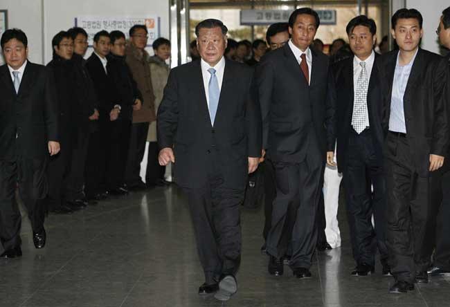 El presidente de Hyundai, Chung Mong-koo, en el centro de la imagen