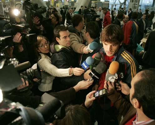 Morientes atiende a los periodistas en el aeropuerrto de Barajas