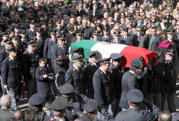 Policías portan el féretro de Filippo Raciti, el policía asesinado el viernes en Catania