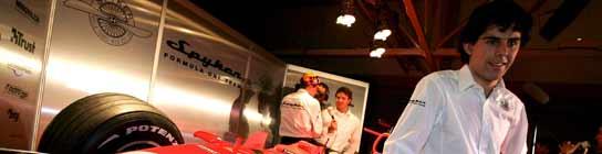 Adrián Vallés, posa ante el nuevo Spyker F8-VII, durante la presentación del equipo en el circuito británico de Silverstone