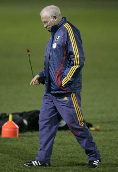 Luis Aragonés, durante el último entrenamiento de la selección en Inglaterra