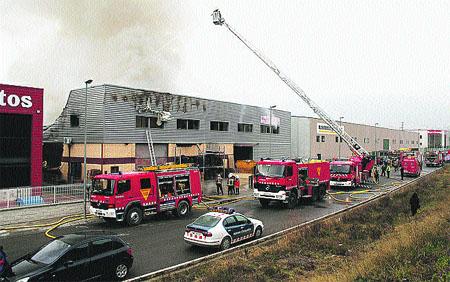Un veí mort i quatre bombers ferits en un incendi a l'Eixample