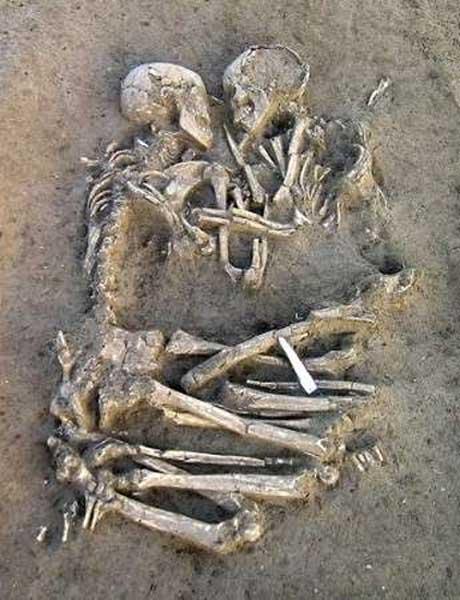 esqueletos abrazados