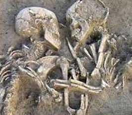 La pareja sepultada abrazada cerca de Mantua, Italia (Enrico Pajello/Handout / Reuters)