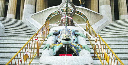 Unos vándalos destrozan el morro  del dragón de Gaudí en el Park Güell