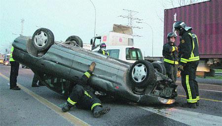 Patas arriba tras chocar con un camión en Valencia