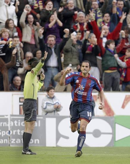 Salva celebra uno de sus dos goles al Recreativo
