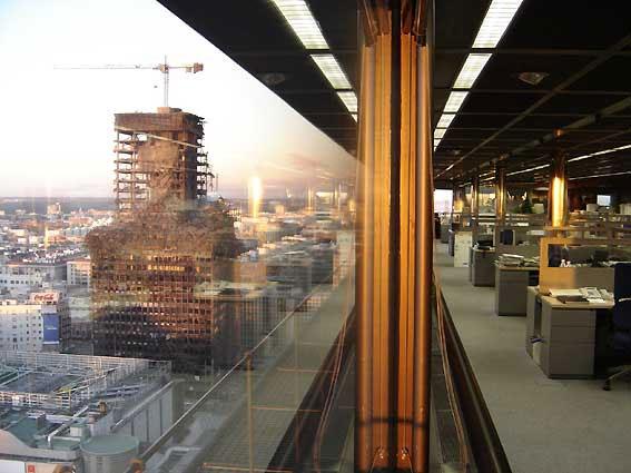 Restos calcinados del Windsor, vistos desde el edificio del BBVA poco después del incendio (Foto EFE)