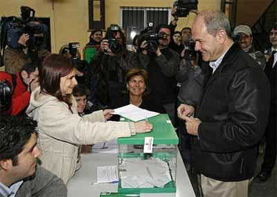Chaves vota en Sevilla