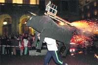 El toro de fuego recorrió la Plaza Mayor. (F. Blanco).