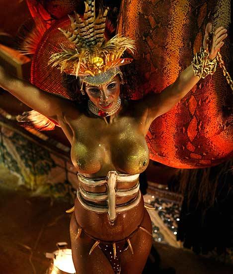 Carnavales de Río de Janeiro. Una bailarina de la escuela de samba Beija Flor, durante el desfile en Río de Janeiro.