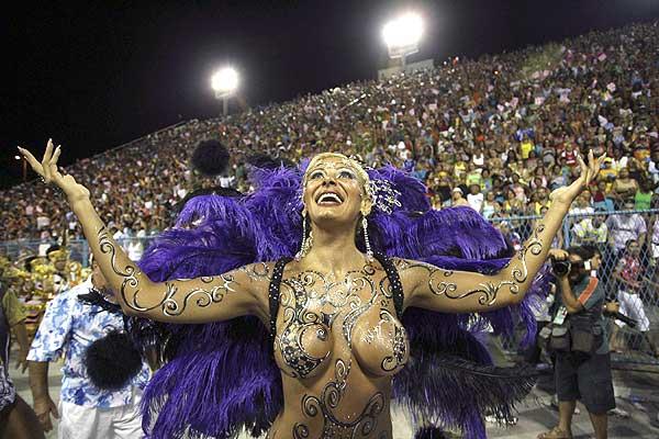 Carnavales de R�o de Janeiro: bailarina saluda