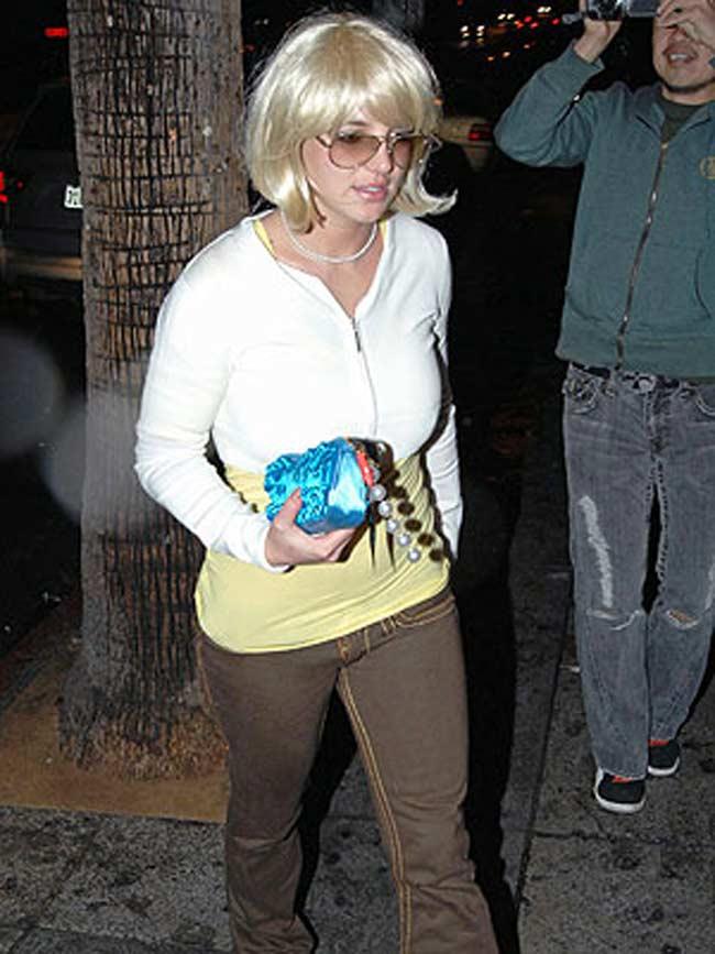 Britney tapa su cabeza rapada con una peluca rubia