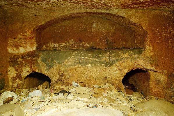 Los huesos de cristo en una tumba. Fotografía de 1980 que muestra la tumba de Talpiot, Jerusalén, en la que está basada el documental La tumba perdida de Jesús, del director estadounidense James Cameron.