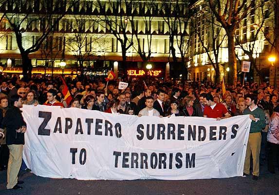 Foto 020307 pancarta en ingl s en la protesta por de for Ministerio del interior en ingles