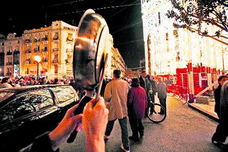 Encienden las 750.000 luces de la falla Sueca al son de una cacerolada