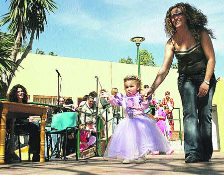 Arroz y disfraces en un carnaval de barrio