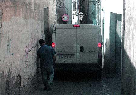 Las calles del Albaicín no son para las furgonetas