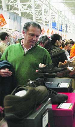 Precios algo rebajados y género que no se acabó en la III Feria del Stock