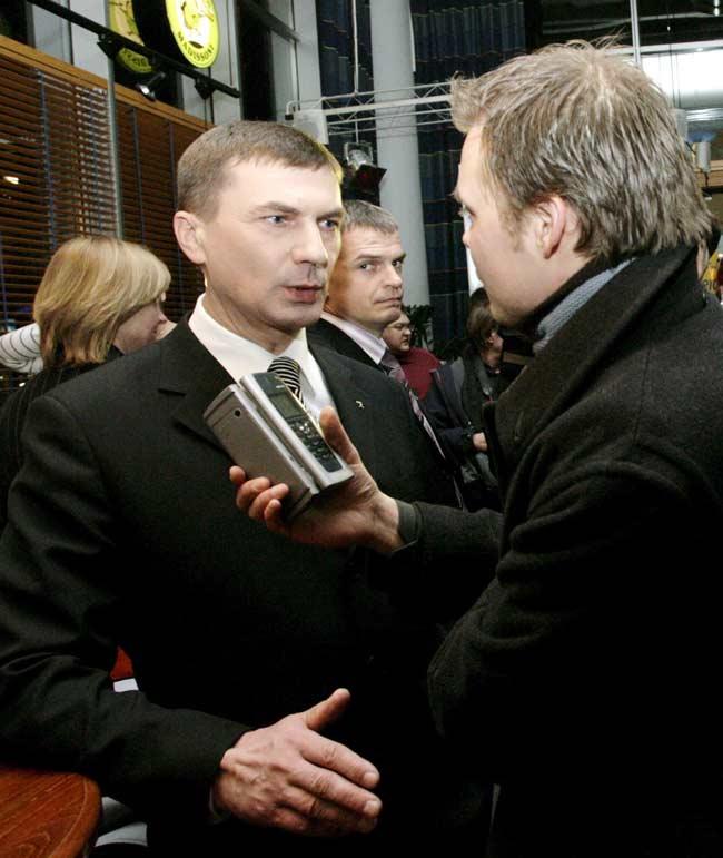 El líder del Partido Reformista de Estonia, Andrus Ansip (i) habla con la prensa, después de las elecciones parlamentarias