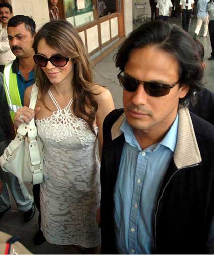 Liz Hurley Arun Nayar a su llegada hoy a Mumbai
