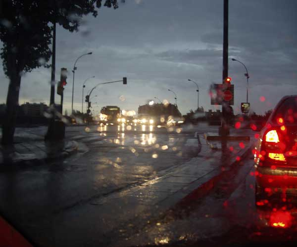Anochece, lluvia y tráfico.